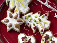 Süßer Baumschmuck mit Nüssen und Früchten