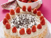 Cream Cake with Srawberries and Almonds