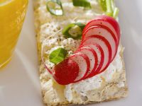 Crispbread with Quark and Sliced Radishes recipe