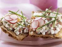 Crispbread with Radishes and Cream Cheese recipe