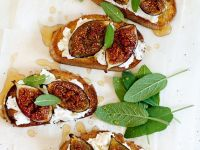 Crostini with Cheese and Figs recipe