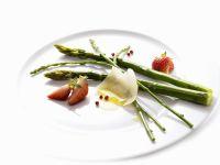 Lukewarm Asparagus Salad with Strawberries recipe