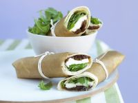 Mozzarella Wraps with Arugula and Onion Chutney recipe
