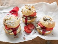 Quick Raisin Pastry with Chocolate and Strawberries recipe