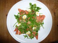 Kresse-Rucolasalat mit Räucherlachs und Ei