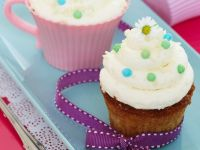 Vanilla Cupcakes with Daisies recipe