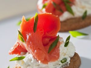 Creamy Salmon Cracker Bites recipe