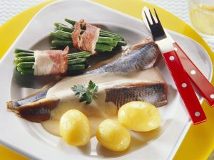 Herring Fillets with Potatoes, Cream Sauce and Beans in Bacon recipe