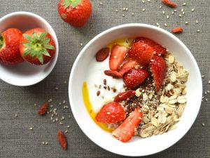 Skyr with Strawberries and Oatmeal recipe