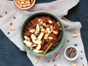 Spelt Oatmeal with Bananas, Chocolate and Peanuts recipe