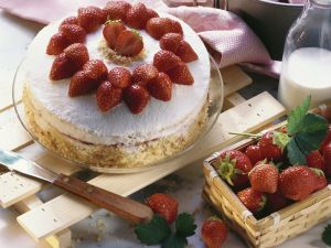 Strawberry Cream Cake with Advocaat and Almonds recipe