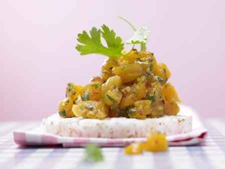 Aprikosen-Chutney auf Reiswaffel mit Ingwer und Chili