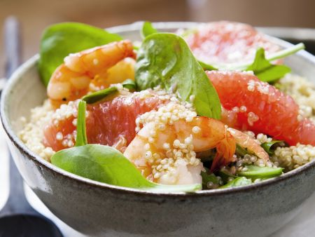 Quinoasalat mit Spinat, Grapefruit und Garnelen