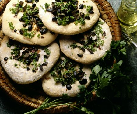 Flatbread Pizza with Olives, Onion and Parsley
