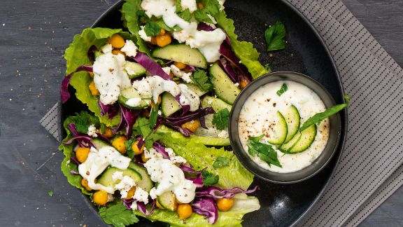 Salad boats with chickpeas and tzatziki