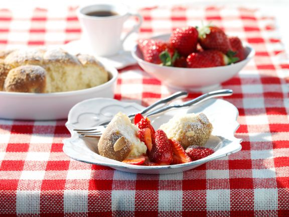 Almond Balls with Sugared Strawberries