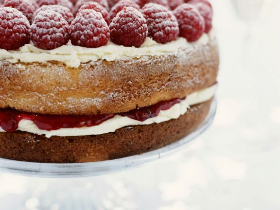 Classic English Cake with Berries