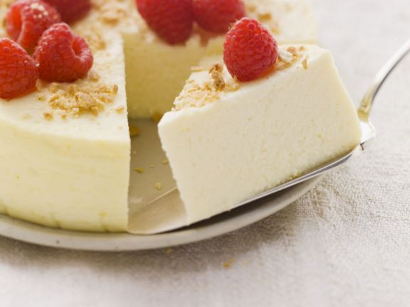 Cream cheese gateau with berries