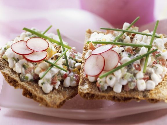Crispbread with Radishes and Cream Cheese
