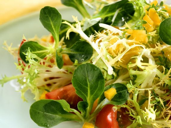 Green salad with watercress and bell peppers