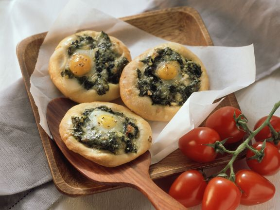 Mini spinach and egg pizzas