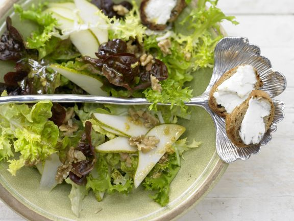 Mixed Salad with Pears and Walnuts