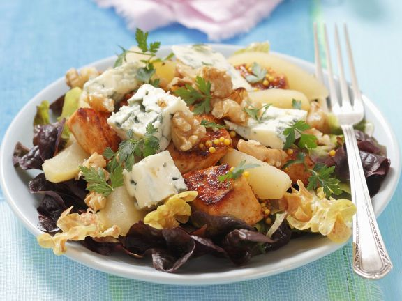 Oak Leaf Salad with Chicken, Blue Cheese and Pears