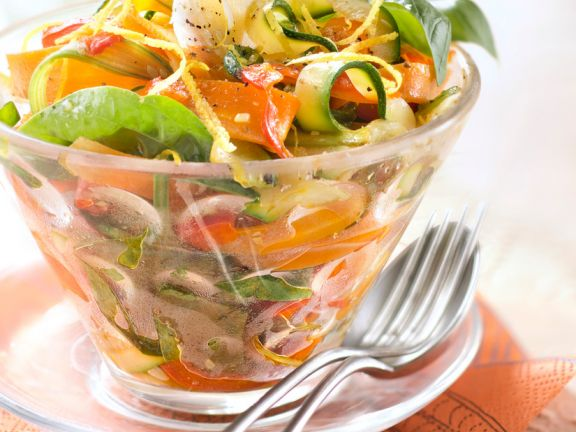 Salad with Spinach, Zucchini and Carrot Strips