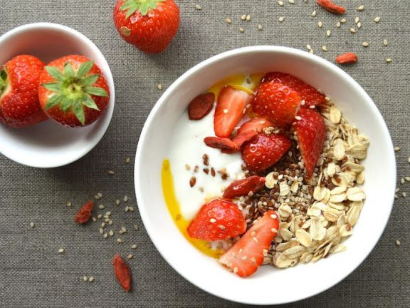 Skyr with Strawberries and Oatmeal