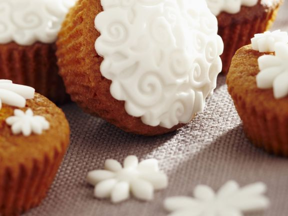 Small Cakes Topped with Fondant