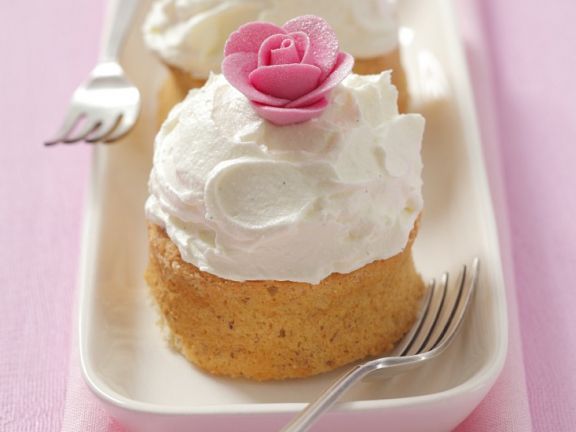 Cream-topped Cake Buns