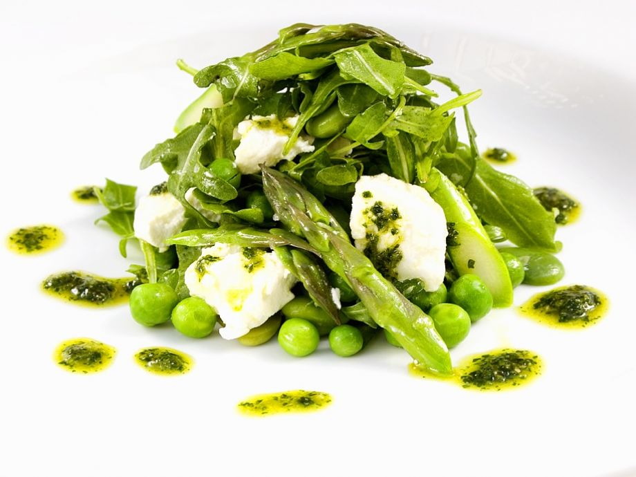 Dressed asparagus with soft cheese