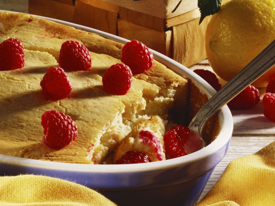 Baked yoghurt pudding with berries