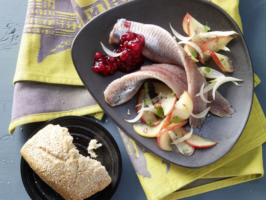 Pickled Herring on Apple and Onion - Pickled Herring on Apple and Onion - Fitter fish: A warm mix of apple and onion replaces the traditional home-style relish