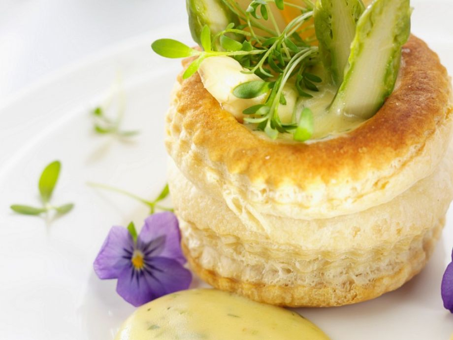 Puff cups with asparagus and sauce