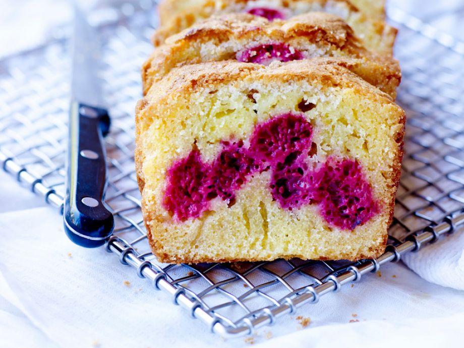 Victoria sponge cake with mascarpone-vanilla cream
