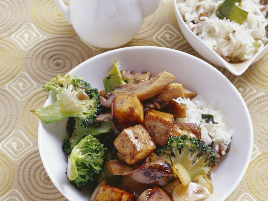 Soya cubes with mushrooms and broccoli