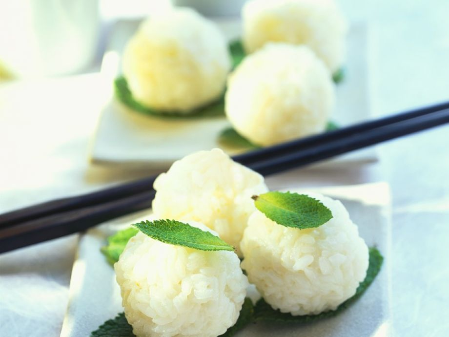 Sweet sticky rice balls with coconut milk Recipe | EatSmarter