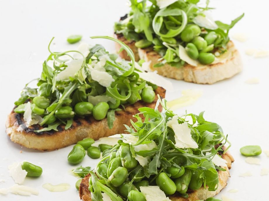 Toasted bread with beans, Parmesan and arugula
