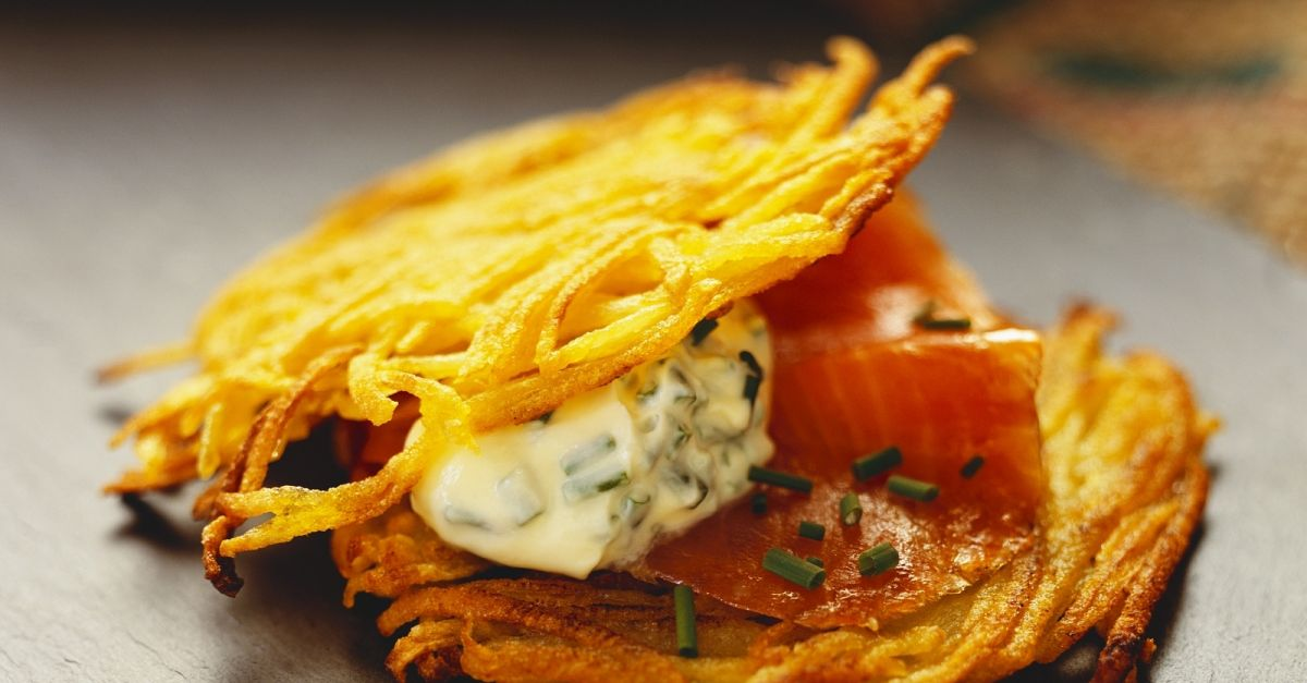 potato pancakes with smoked salmon and chive cream recipe eatsmarter. Black Bedroom Furniture Sets. Home Design Ideas